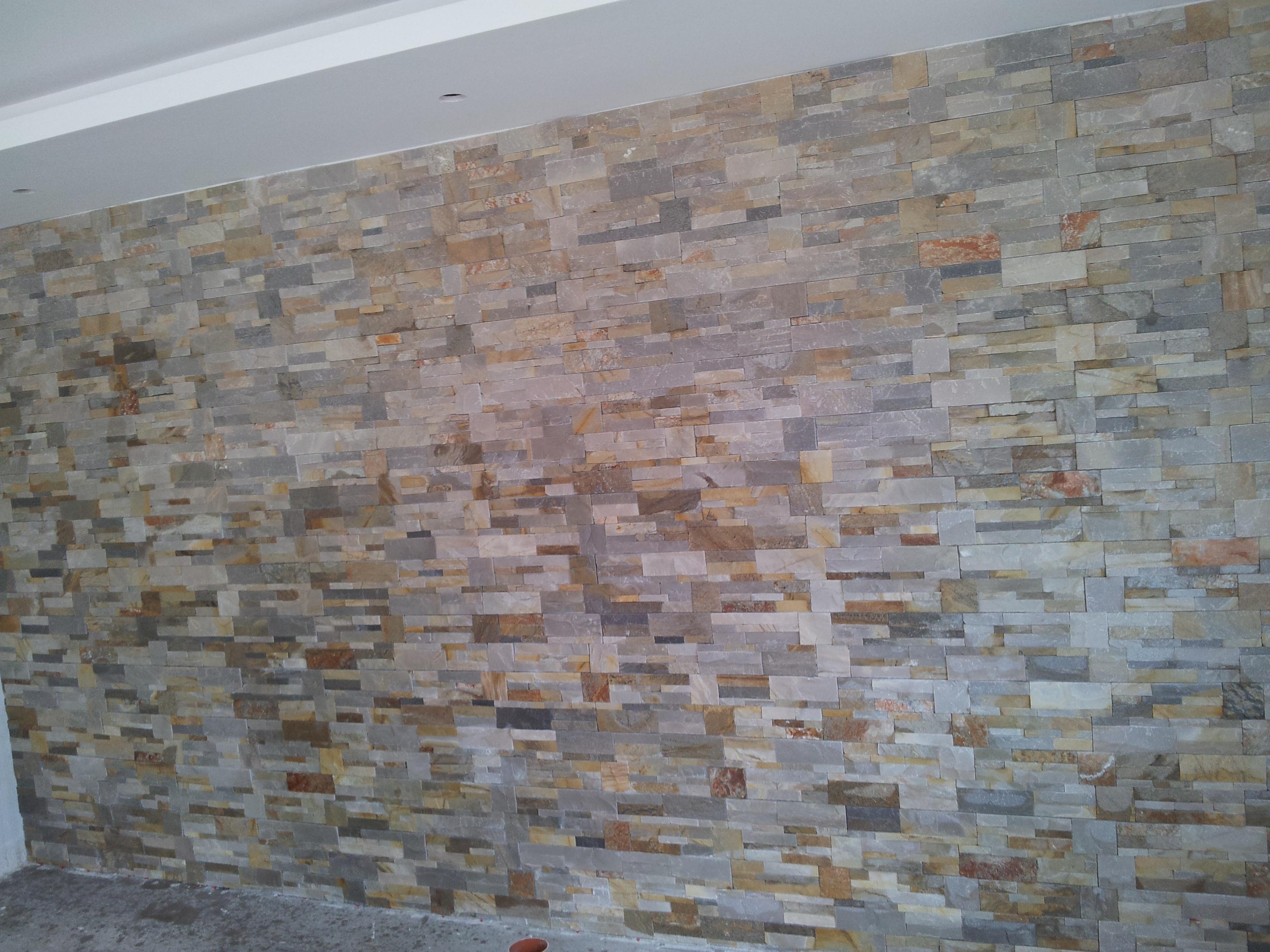 Wand mit Naturstein